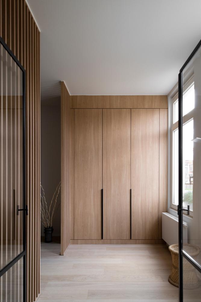 Hoge inbouwkasten, scheidingsmuur en deur